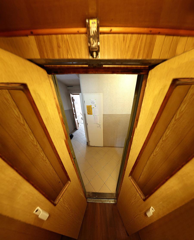Vnútorné dvere kabínky museli zostať otvorené. Niekto zrejme privolal výťah.