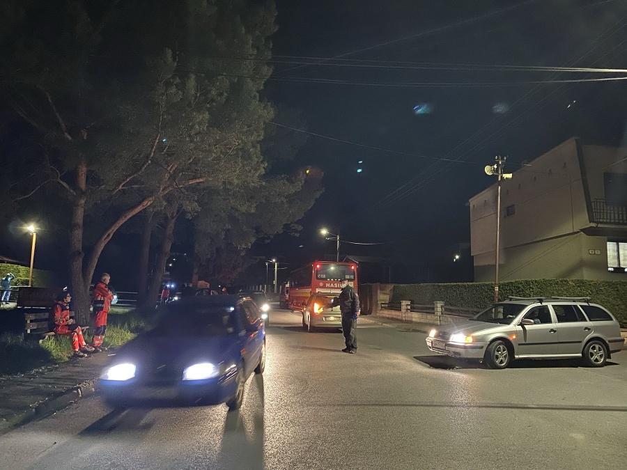 Polícia riadi dopravu počas evakuácie obyvateľov viacerých ulíc vo Svidníku.