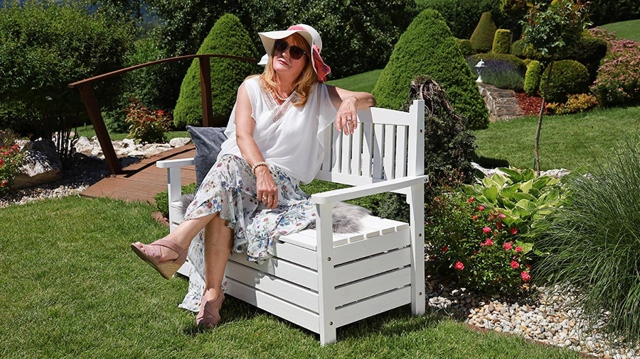 Záhradná lavica v retro štýle.