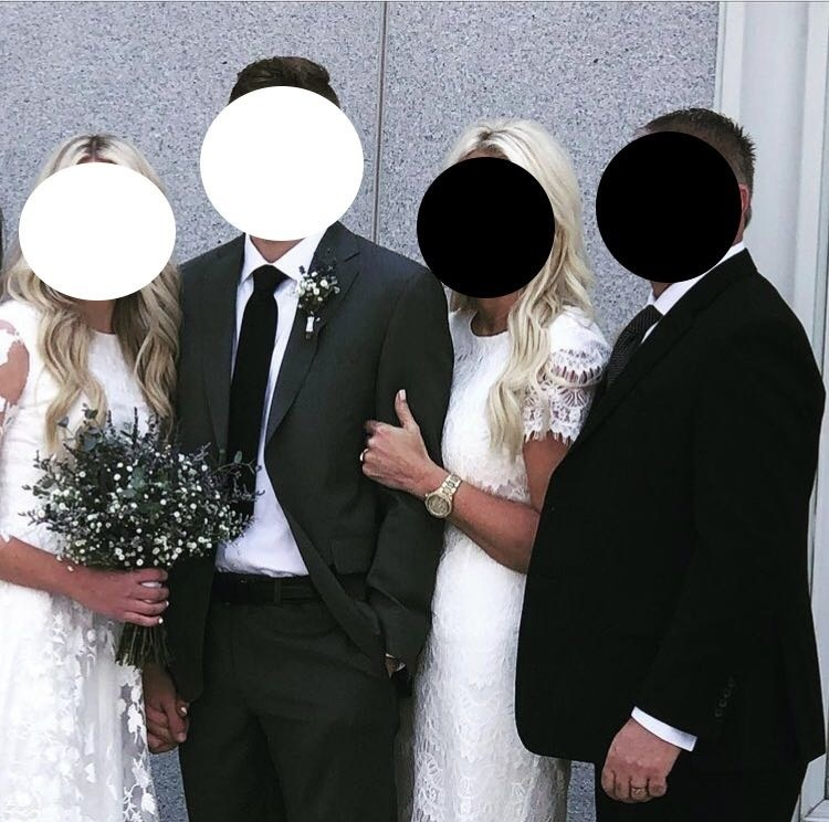 Ženíchova matka mala na sebe šaty až náramne podobné svadobným šatám nevesty.