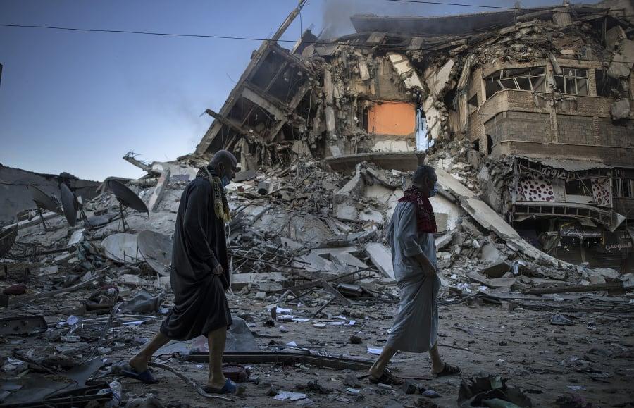 Ľudia kráčajú okolo zničenej