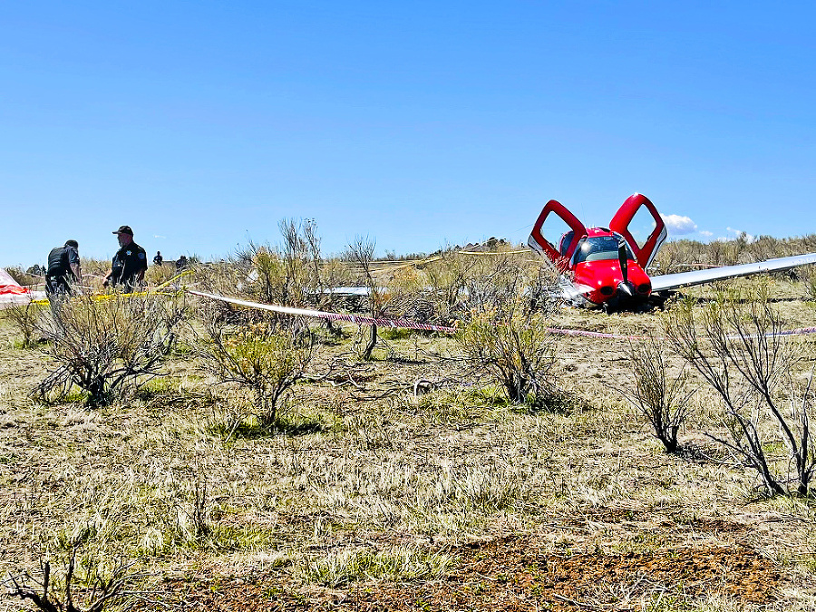 Ultraľahký stroj sa zniesol na zem vďaka padáku.