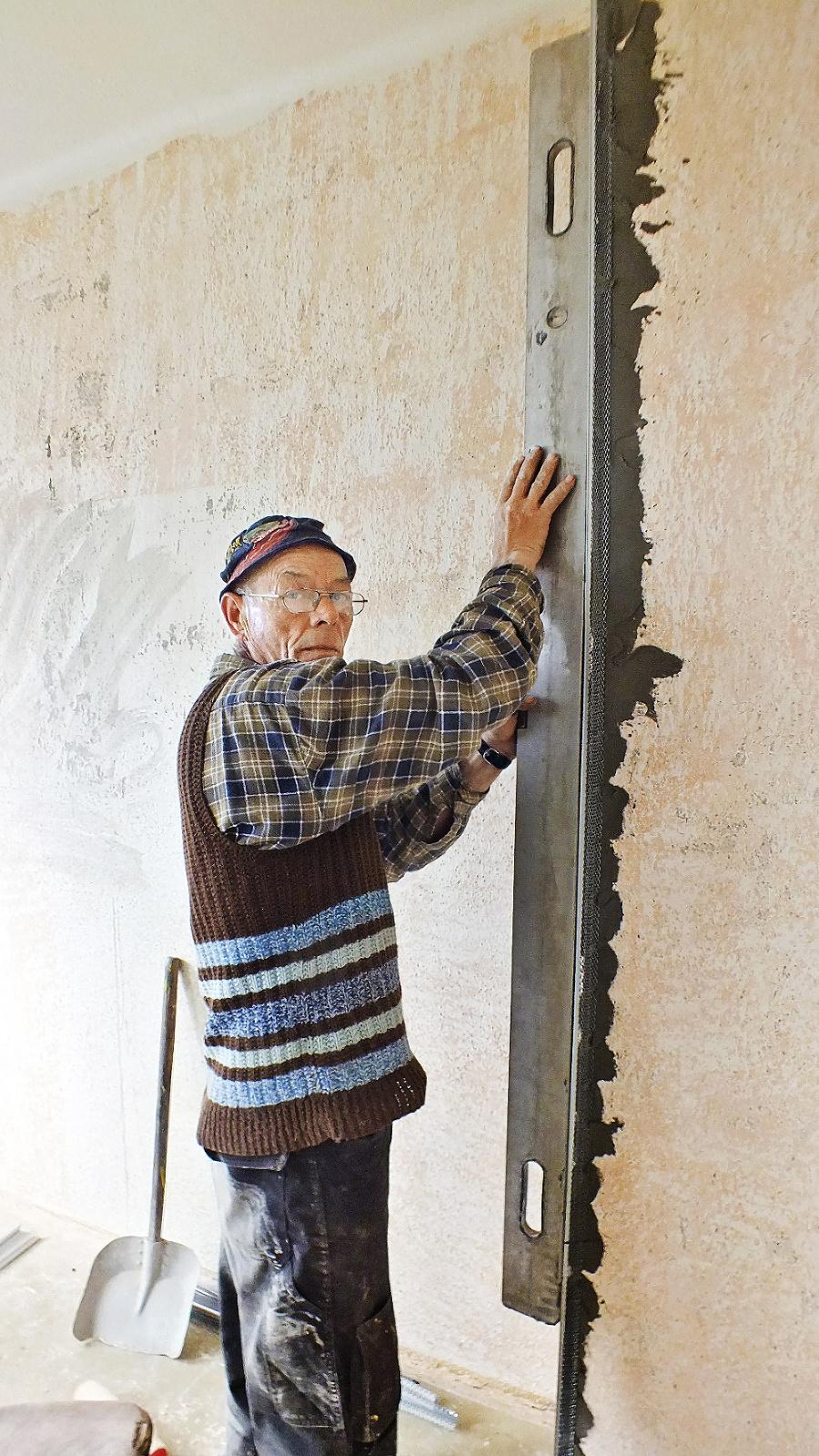 Murár Milan Graban (62) už opravuje stenu v budove sociálneho podniku.
