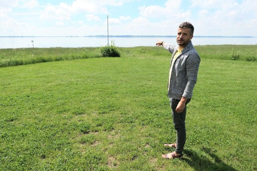 Marián (38) ukazuje na miesto, kde v nedeľu pozoroval tornádo.