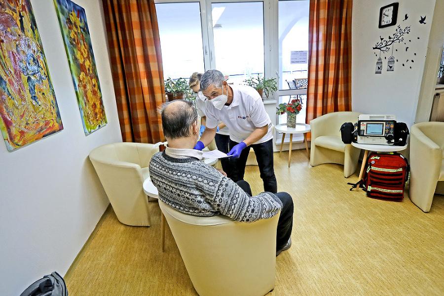 Mobilný tím podával vakcíny aj v DSS na Podbrezovej v Rači.