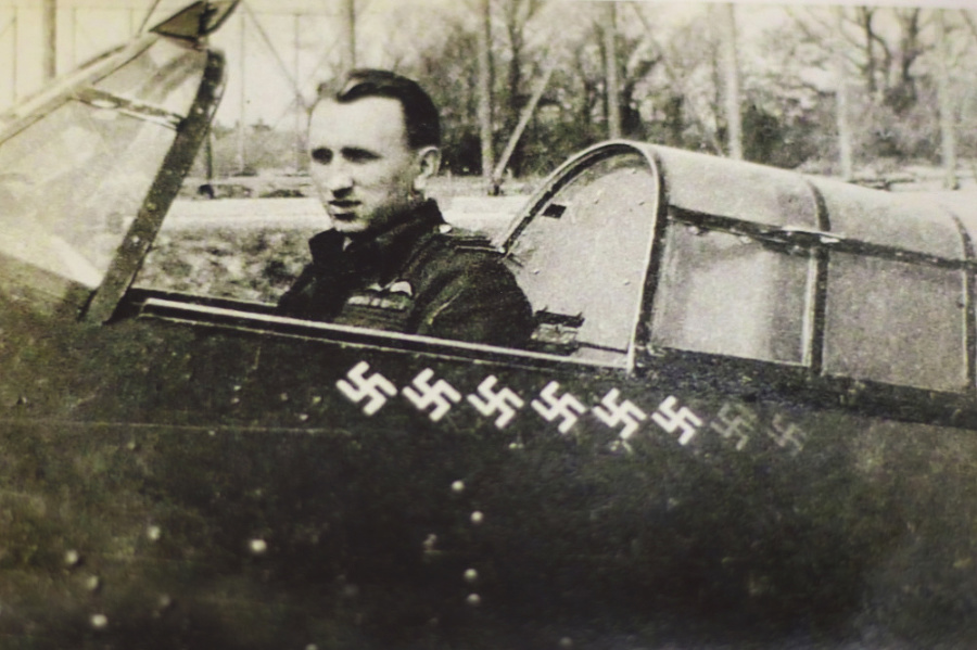 K. Kuttelwascher v kokpite so symbolmi zostrelov