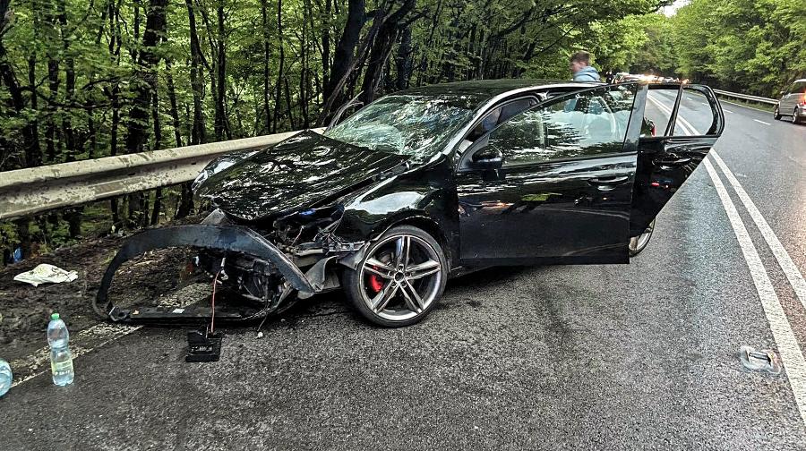 košické Oľšany - Ďurďošík 16. 5. 2021 19.30 hod.: Zo zdemolovaného Renaultu vytiahli brata a sestru, ktorých museli po zrážke hospitalizovať.