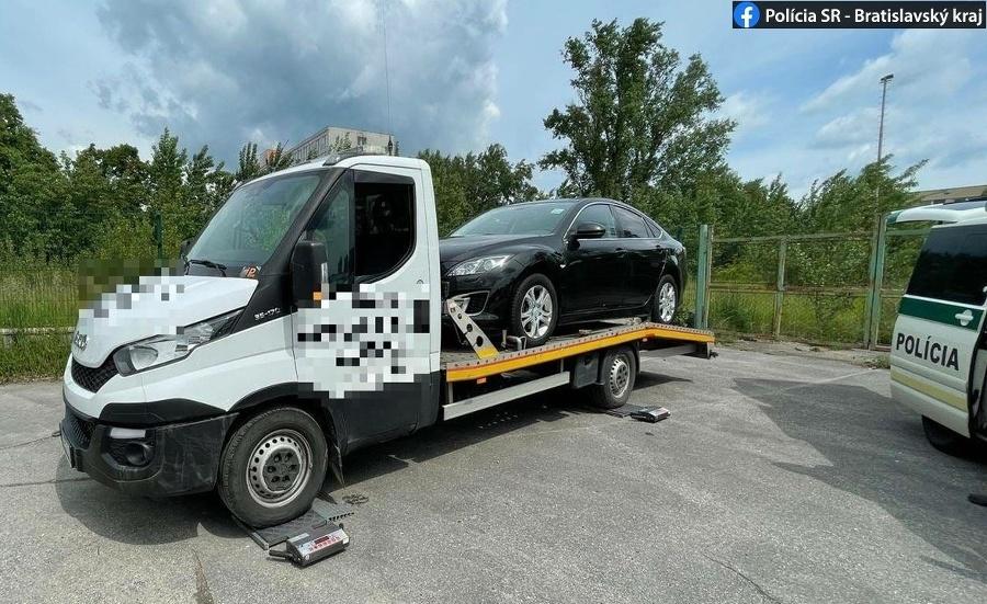 Vodič jednej z odťahových služieb prevážal osobné motorové vozidlo.