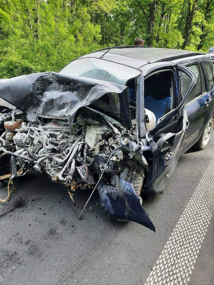 Po čelnej zrážke dvoch áut odviezli päť ľudí do nemocníc.