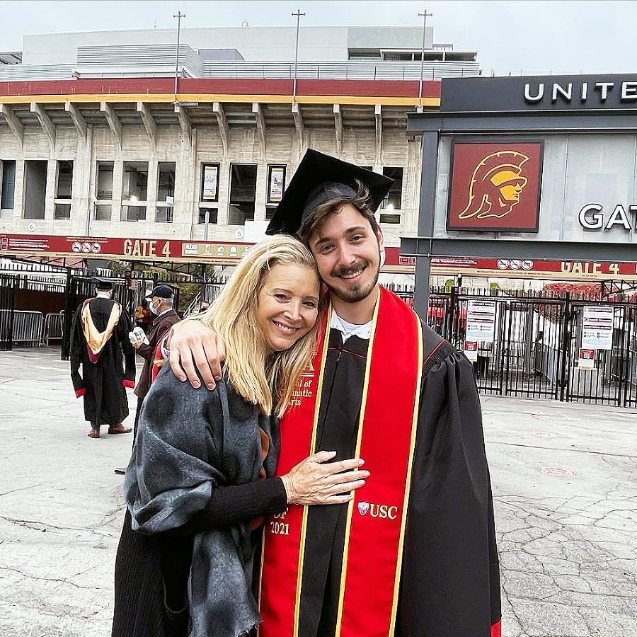 Mama Lisa hrdo zverejnila fotografi u z Julianovej promócie. Ale aj on je neuveriteľne hrdý na svoju úspešnú matku.