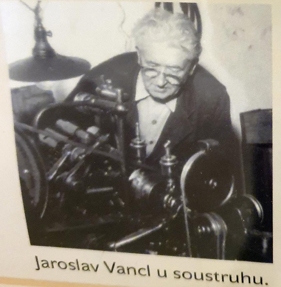 Za Merkurom stojí Jaroslav Vancl, ktorý vlastnil malú továreň.