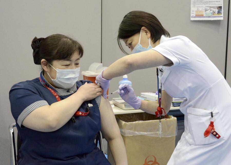 Zdravotná sestra dostáva prvú