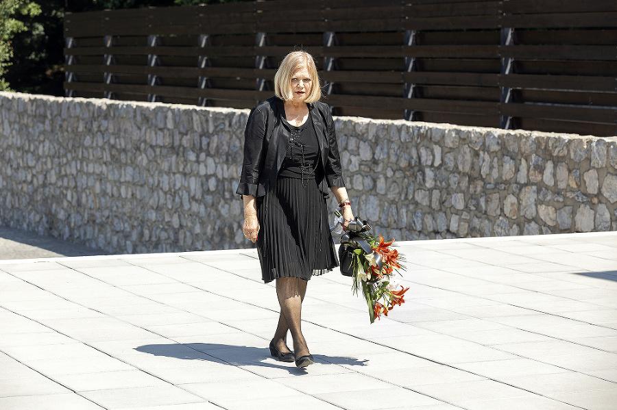 Marcela Leiferová priniesla Julovi kytičku kvetov.