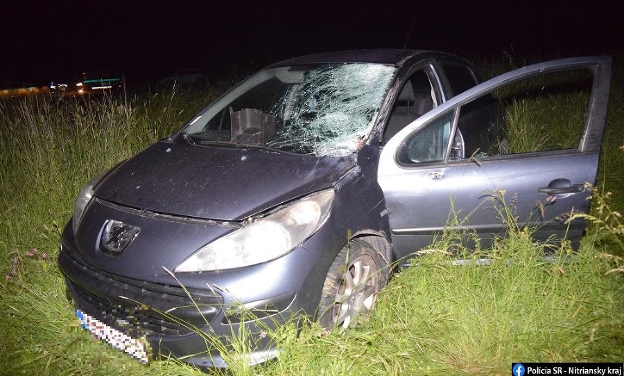 Peugeot skončil po zrážke  zdemolovaný v poli.