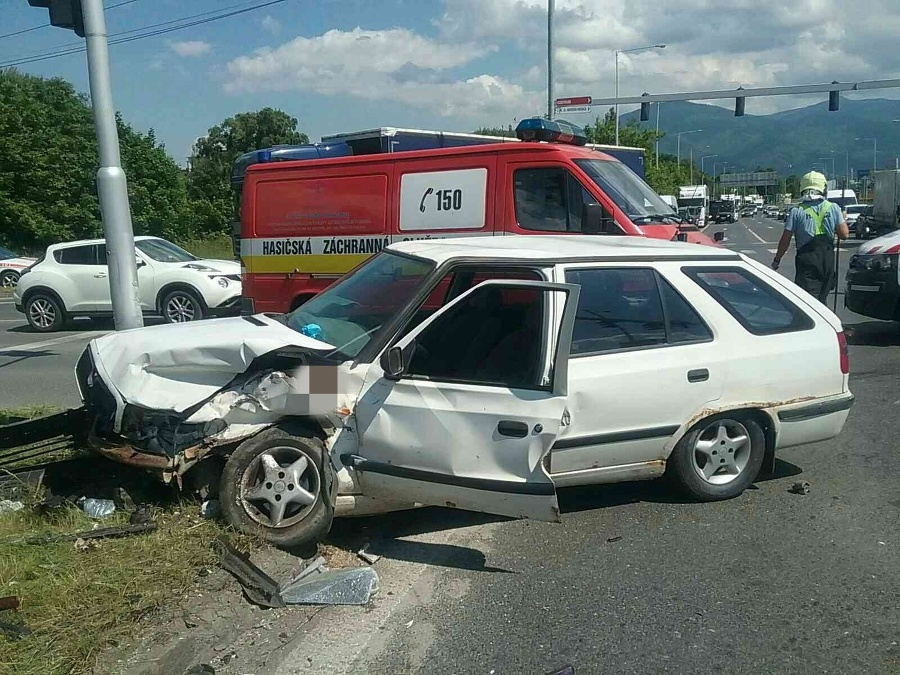 Pri zrážke dvoch osobných áut zasahujú hasiči z Martina.