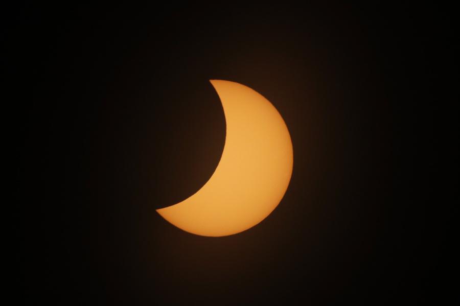 Mesiac prechádza pred Slnkom