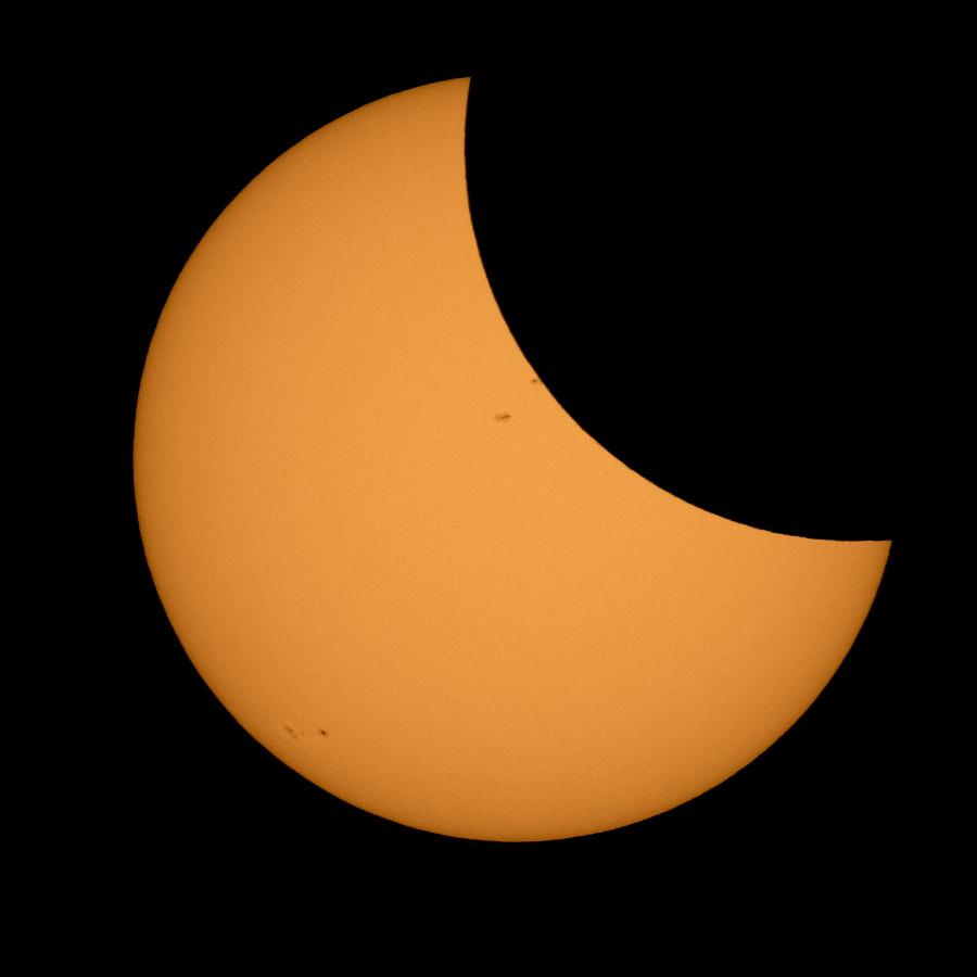 Mesiac začína prekrývať slnko