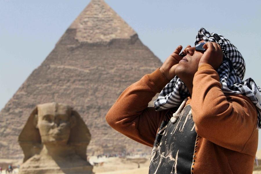 Egypťan pozoruje cez špeciálne