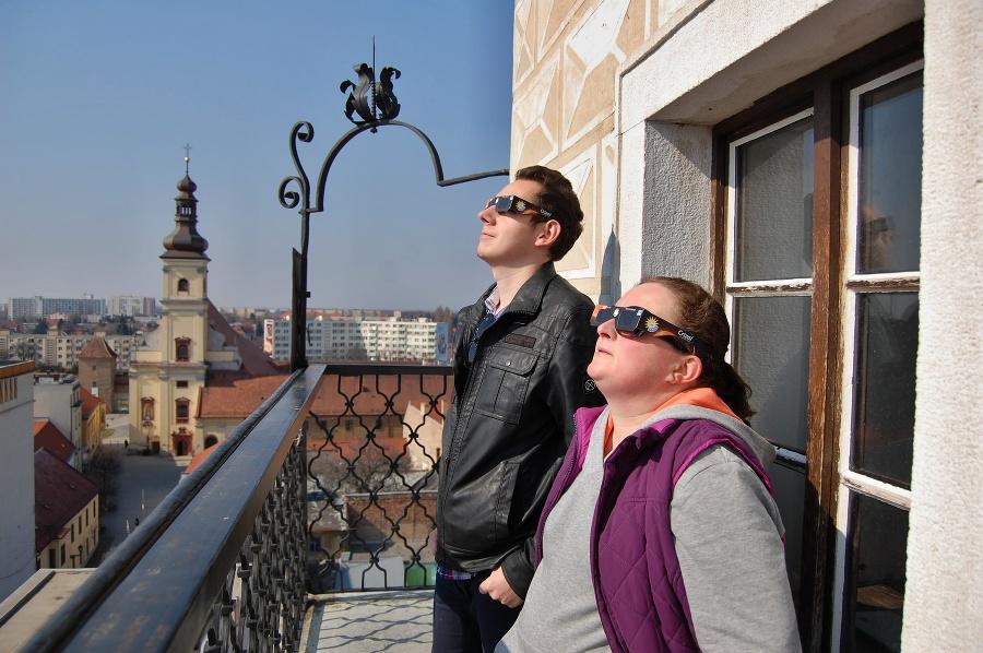 Na snímke pozorovatelia sledujú