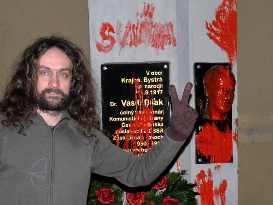 Výtvarník Ľuboš Lorenz s jeho vtedajším kolegom Petrom Kalmusom pomaľovali 16. novembra 2015 v obci Krajná Bystrá (okr. Svidník) bustu komunistického papaláša Vasiľa Biľaka.