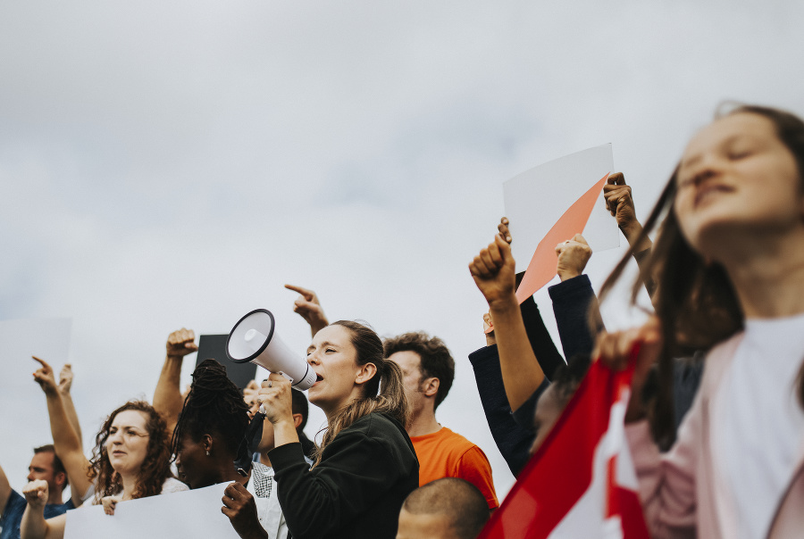 Desiatky protestujúcich pochodovali v