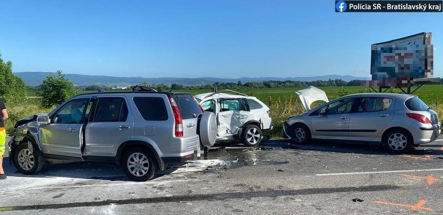 Pri hromadnej nehode sa zranili dve osoby.