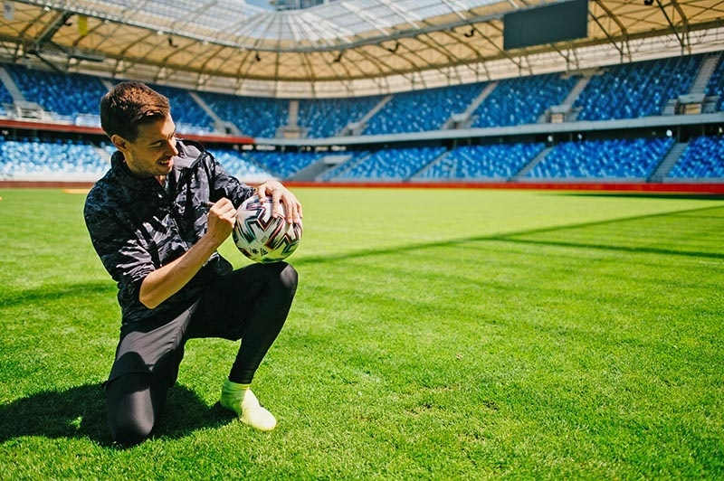 Futbalista spracoval padajúcu loptu