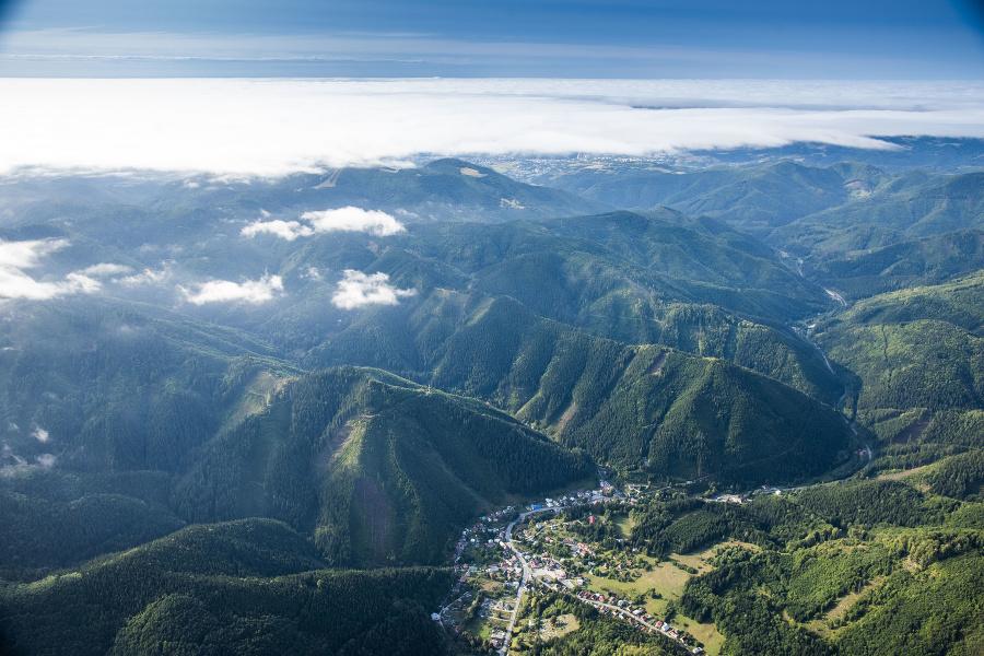 Banská Bystrica, kde začíname aj končíme naše putovanie krížom-krážom po Slovensku, je obklopená horami. V jej susedstve sú národné parky Veľká Fatra a Nízke Tatry.
