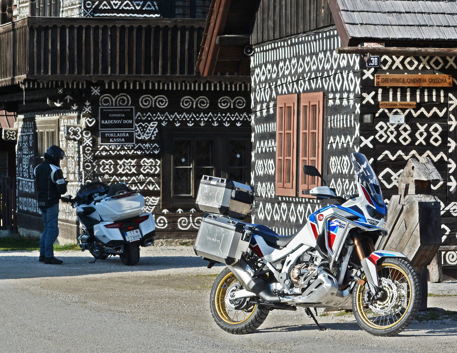 Dedinka Čičmany sa preslávila množstvom zachovalých dreveníc, ktoré zdobia maľované ornamenty.