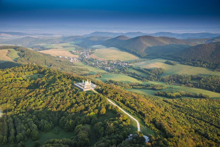 Mohyla M.R. Štefánika stojí na vrchu Bradlo len kúsok nad mestom Brezová pod Bradlom. V pozadí dedinka Košariská – rodisko slávneho generála.