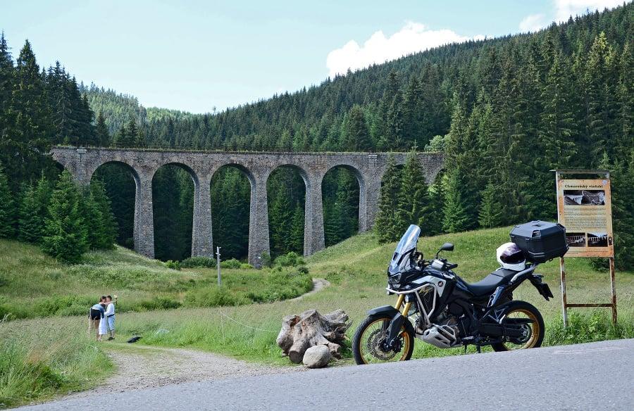 Chmarošský viadukt pri Telgárte je jedinečné dielo staviteľov, naviac zasadené v krásnej prírody. Niet divu, že sa často objavuje na fotkách nielen ako hlavný objekt, ale aj ako štýlové pozadie napríklad pri svadobných fotografiách.