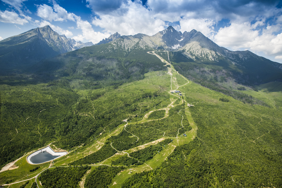 Vysoké Tatry sú nepochybne jednou s najväčších dominánt našej krajiny. Počas cesty ich uvidíme z viacerých strán, toto je pohľad na ich východnú časť.