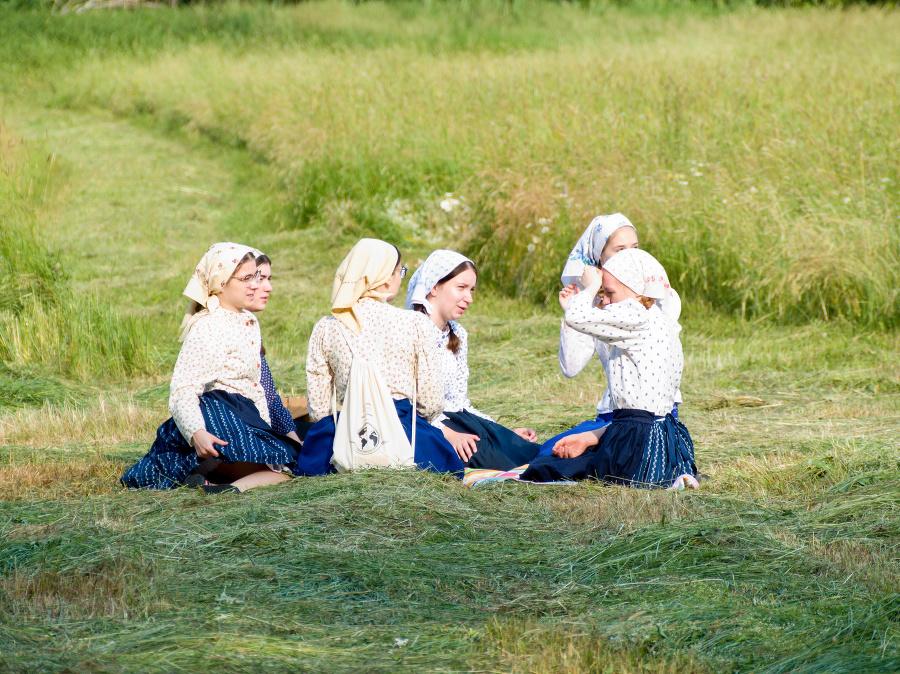 Okrem tradičného kosenia kosou si návštevníci pripomenuli aj folklórne tradície regiónu.