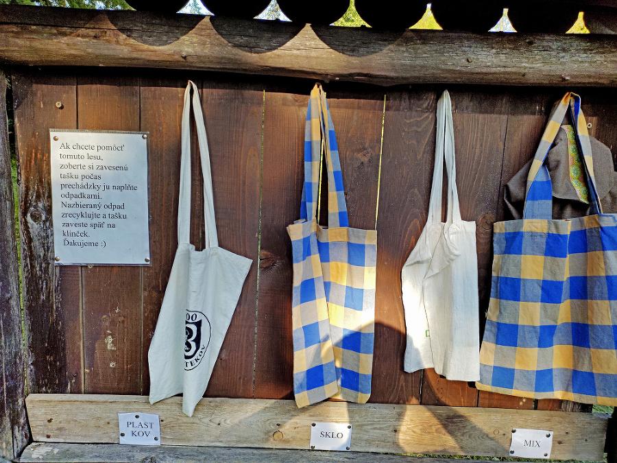 Tašky sú upevnené na informačnej tabuli v