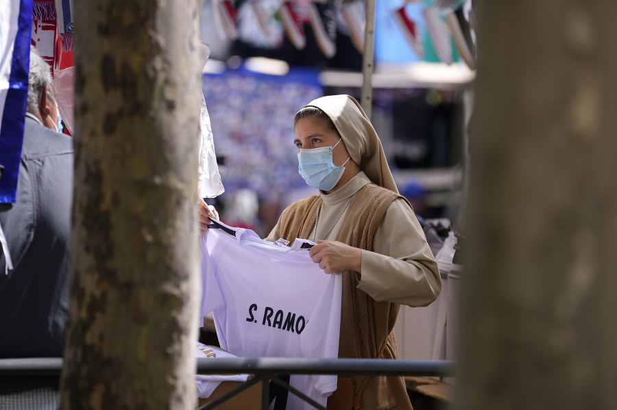 Mníška pri kupovaní dresu