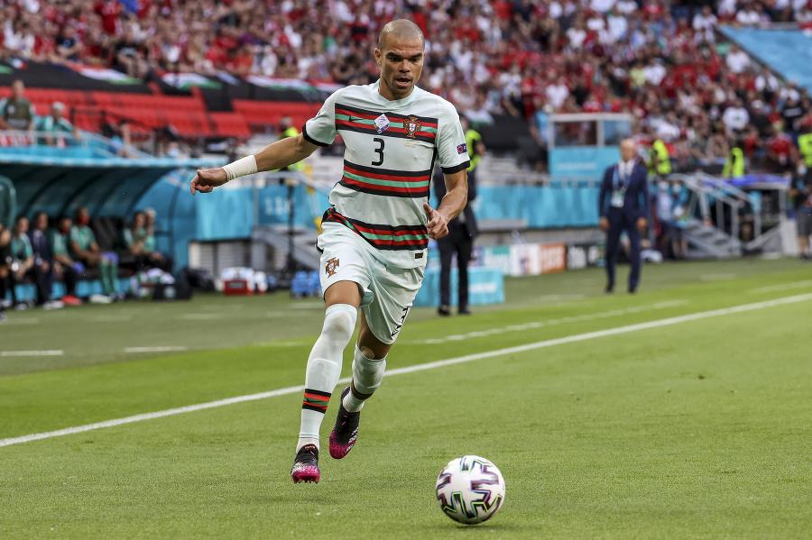 Portugalský obranca Pepe.