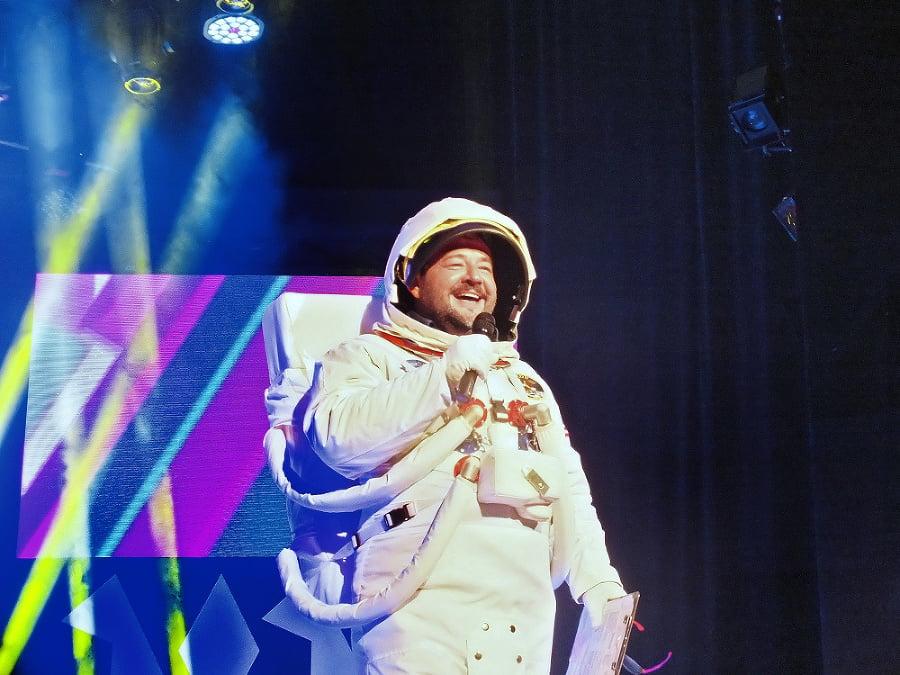 Moderátor večera Michal Hudák zaujal humorným kostýmom.