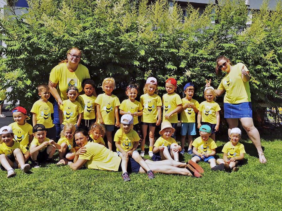 Zábavu si užili aj deti z triedy Včielky a ch učiteľky Katka a Peťka.