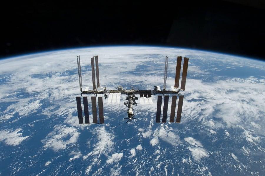 Astronauti počas výstupu do
