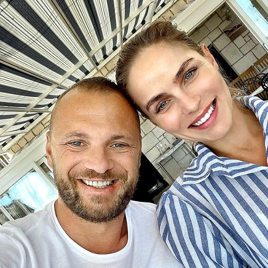 Manželia trávia čas v Chorvátsku.