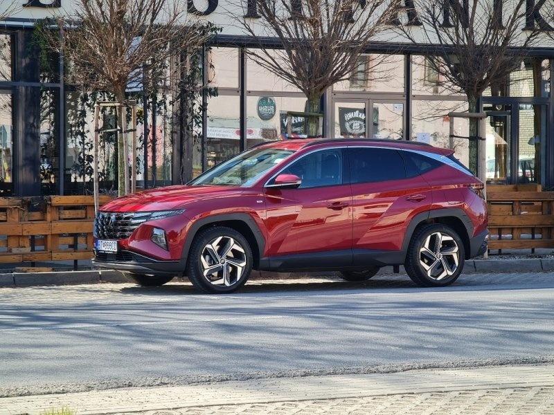 """Hyundai Tucson v redakčnom teste AUTOVINY.SK - Tucson ponúka vonkajšie a vnútorné rozmery """"tak akurát"""", teda stále sa ním parkuje pohodlne, ale vnútri ponúka priestor pre piatich dospelých ľudí."""
