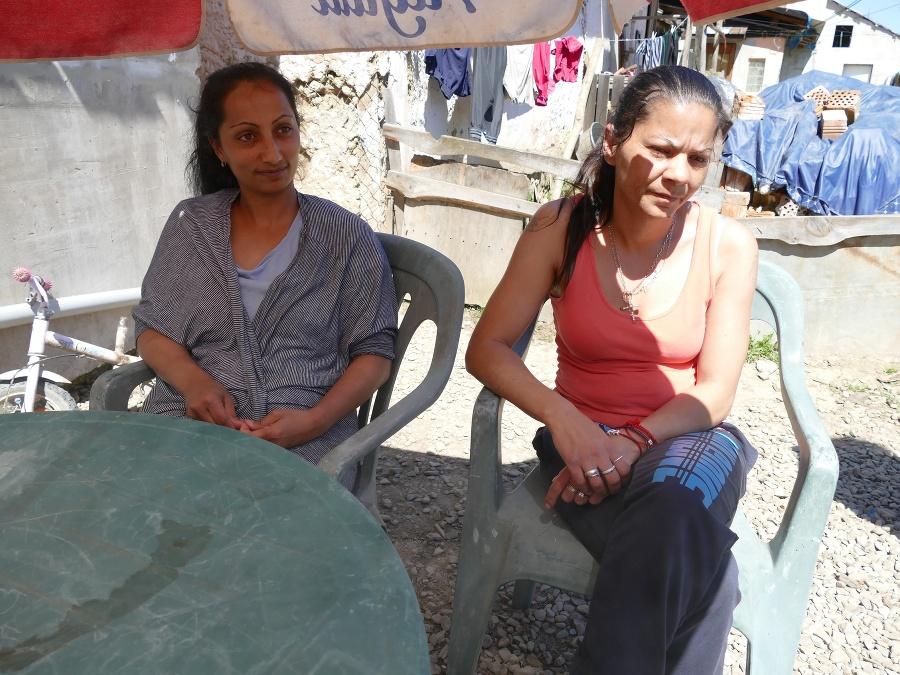 Pavlína Moskaľová (32)(vľavo) a Zuzana Bartková (41) by rady znova pracovali pre obec, ale na výplaty pre nich nemajú peniaze.
