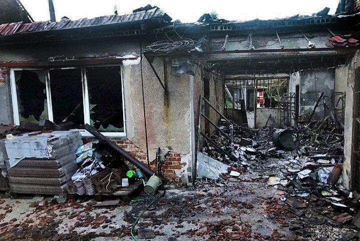 Hasiči sa snažili dom od pekelného živlu uchrániť, plamene však boli silnejšie.