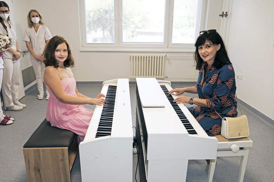 Emka (10) si zahrala s hudobníčkou Ľubicou Čekovskou (46).