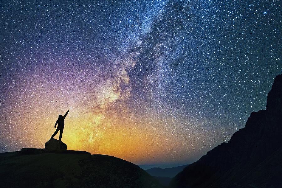 Naši hviezdni susedia:  Kamkoľvek ľudského oko pozrie,  všade na nebi uvidí hviezdy  našej galaxie.