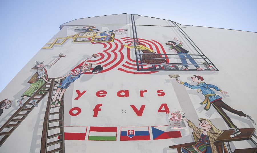 Namaľovaný je v štyroch hlavných mestách: Bratislave, Budapešti, Prahe a Varšave.