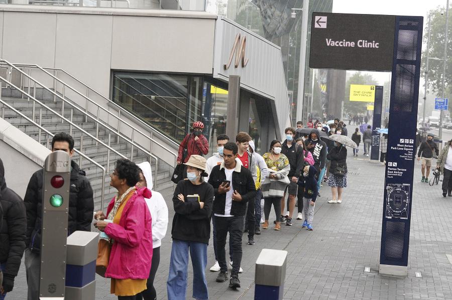 Ľudia v Londýne čakajú