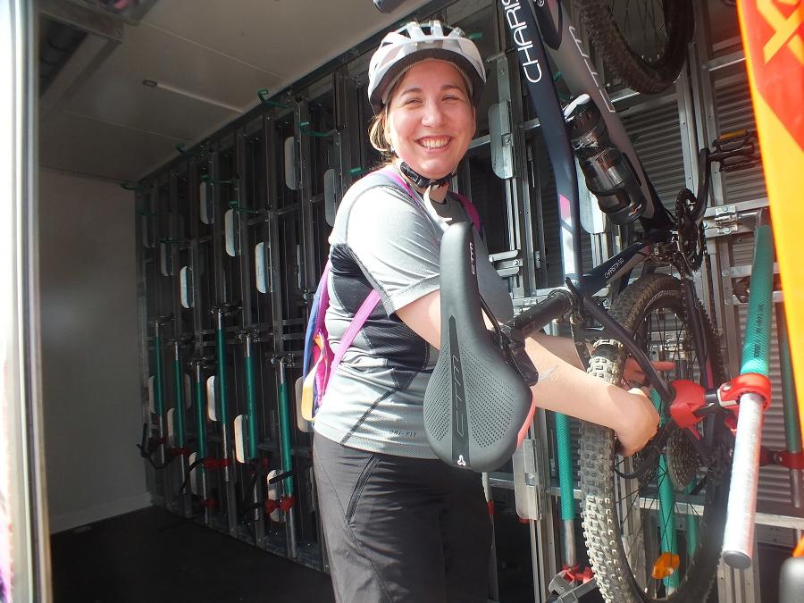 Cyklistka Zuzana (27) si ukladá svojho tátoša do špeciálneho prívesu v rámcu cyklobusu.