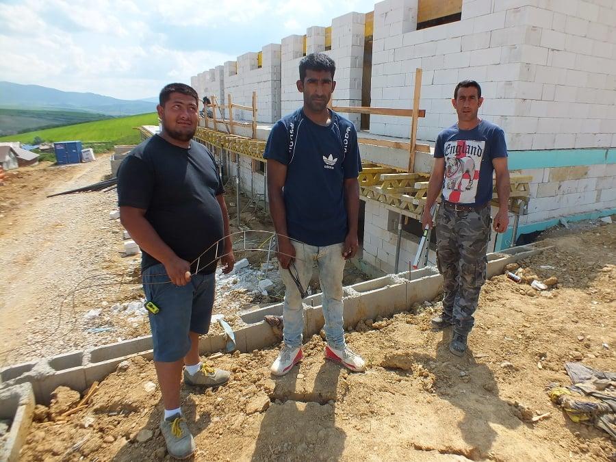 Zľava: Peter Žiga (30), Ján Horváth (31) a Marián Pačan (42) pomáhajú pri výstavbe novej bytovky.