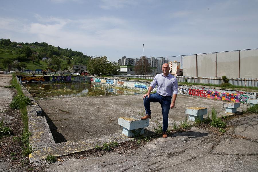 Primátor Stanislav Horník pred dvoma rokmi pri starom nefunkčnom bazéne.